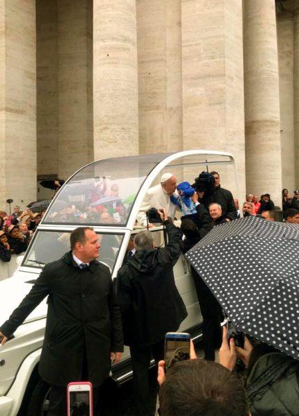 Benção do Papa Francisco em Criança de Colo