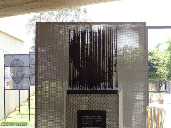 Obra de arte representando o rosto de Mandela
