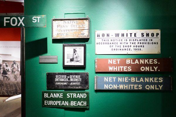 Placas de segregação durante o Regime (Foto de Jeff Miller / UW-Madison)