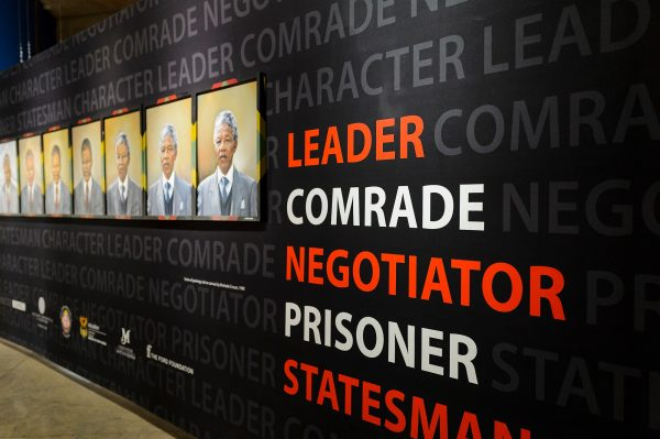 Display sobre a vida de Nelson Mandela. (Foto de Jeff Miller / UW-Madison)