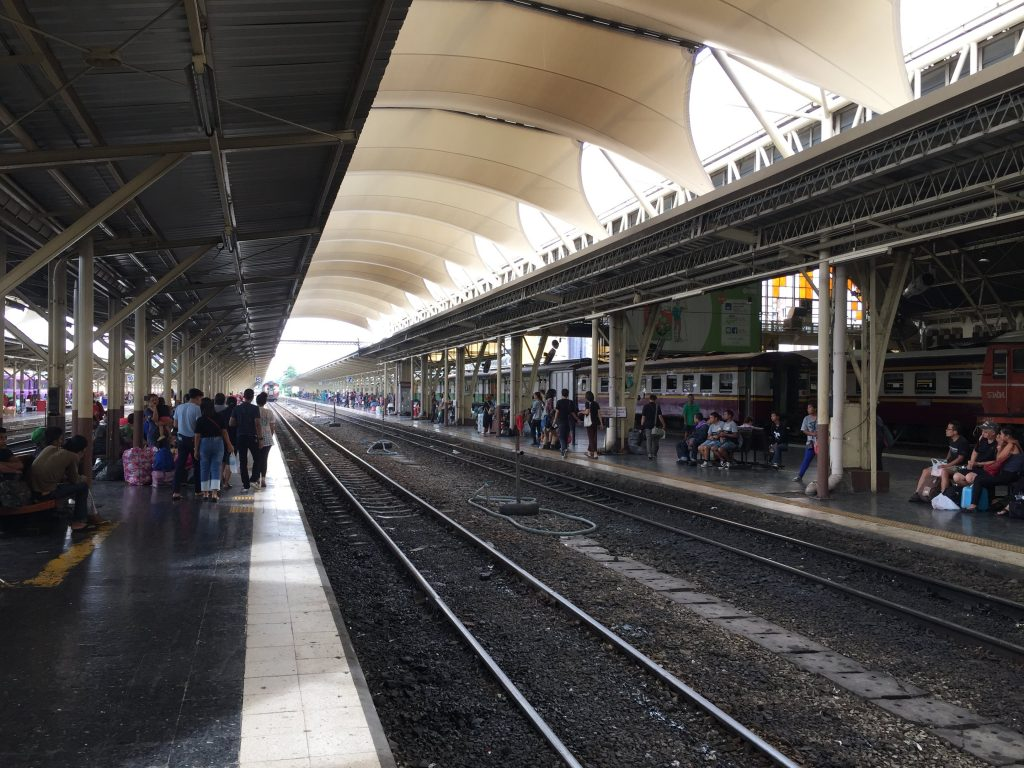 Plataforma da estação de trem.