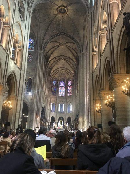 Interior da Catedral no dia da exposição. Todos sentados e total organização.