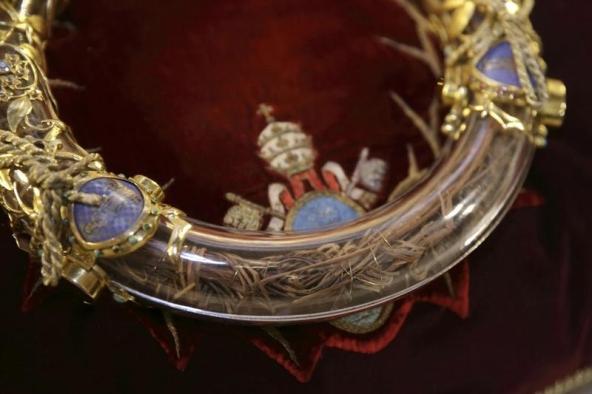 Coroa de Espinhos. Detalhes para os fios de ouro. Foto: REUTERS/Philippe Wojazer.