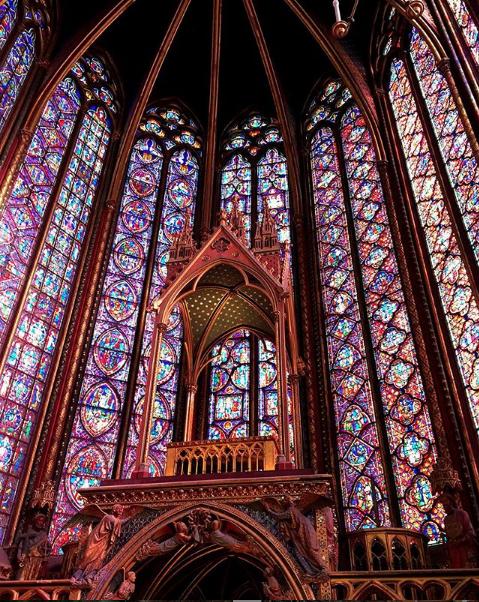 Interior da Igreja de Sainte Chapelle, em Paris.