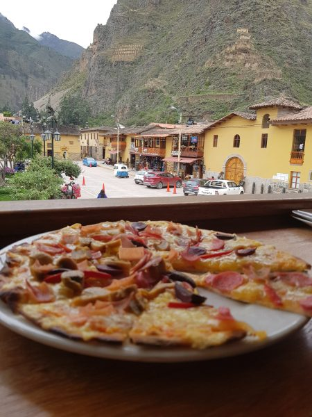Pizza para recuperar as energias, em Ollantaytambo.