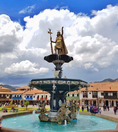 Estátua de Pachacutec na Plaza de Armas em Cusco.
