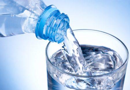 Beba de 4 a 6 litros de água por dia. Fonte: health.clevelandclinic.org