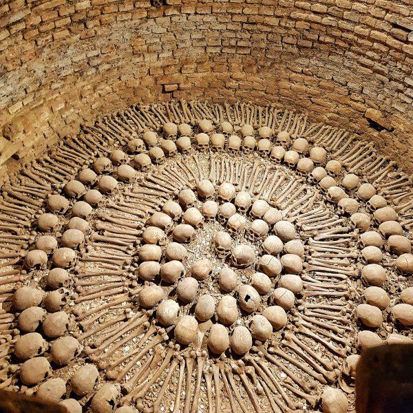 Poço dos crânios nas Catacumbas do Mosteiro de São Francisco