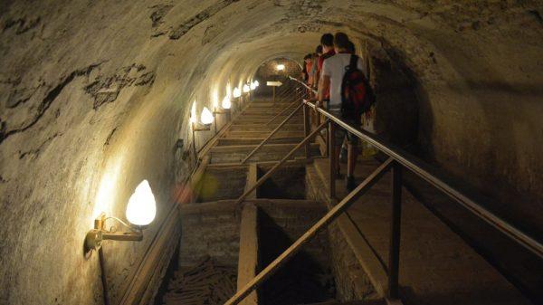 Caminho nas catacumbas do Mosteiro de São Francisco. Foto: museocatacumbas.com