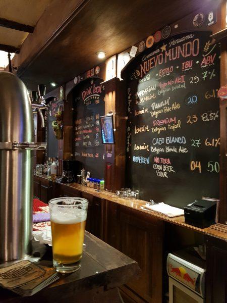 Balcão da cervejaria Nuevo Mundo, em Cusco