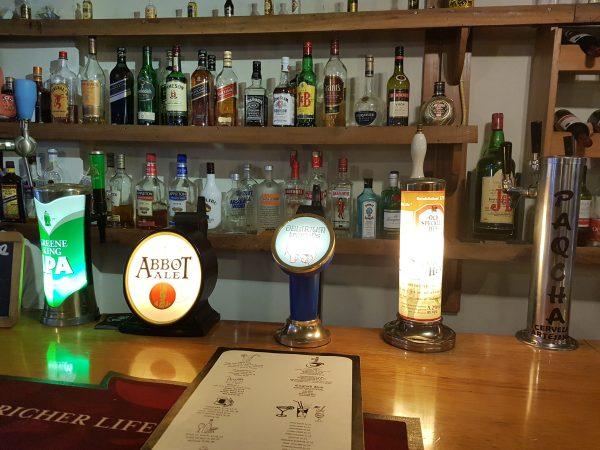 Balcão da Porfi's English Pub, em Ollantaytambo