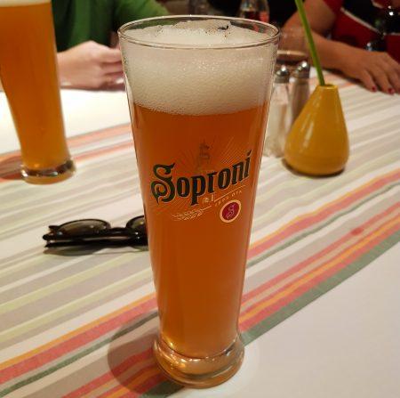 Cerveja Soproni, no restaurante Menza, em Budapeste