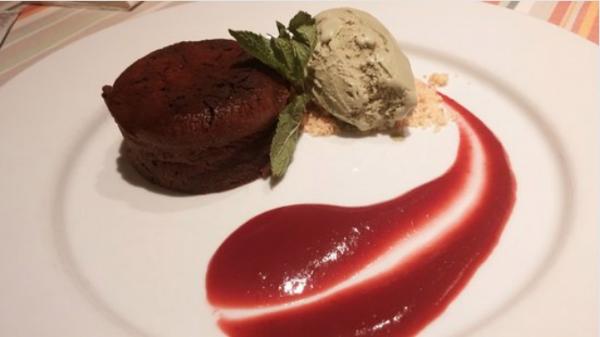 Bolo de chocolate com sorvete de pistache. Foto: tripadvisor.co.za