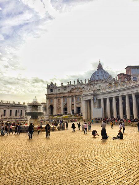 Praça de São Pedro, no Vaticano com a Basílica ao fundo.