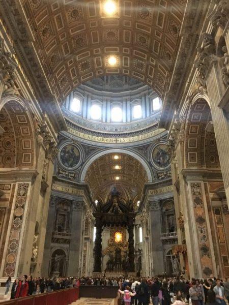 Interior da Basílica de São Pedro.