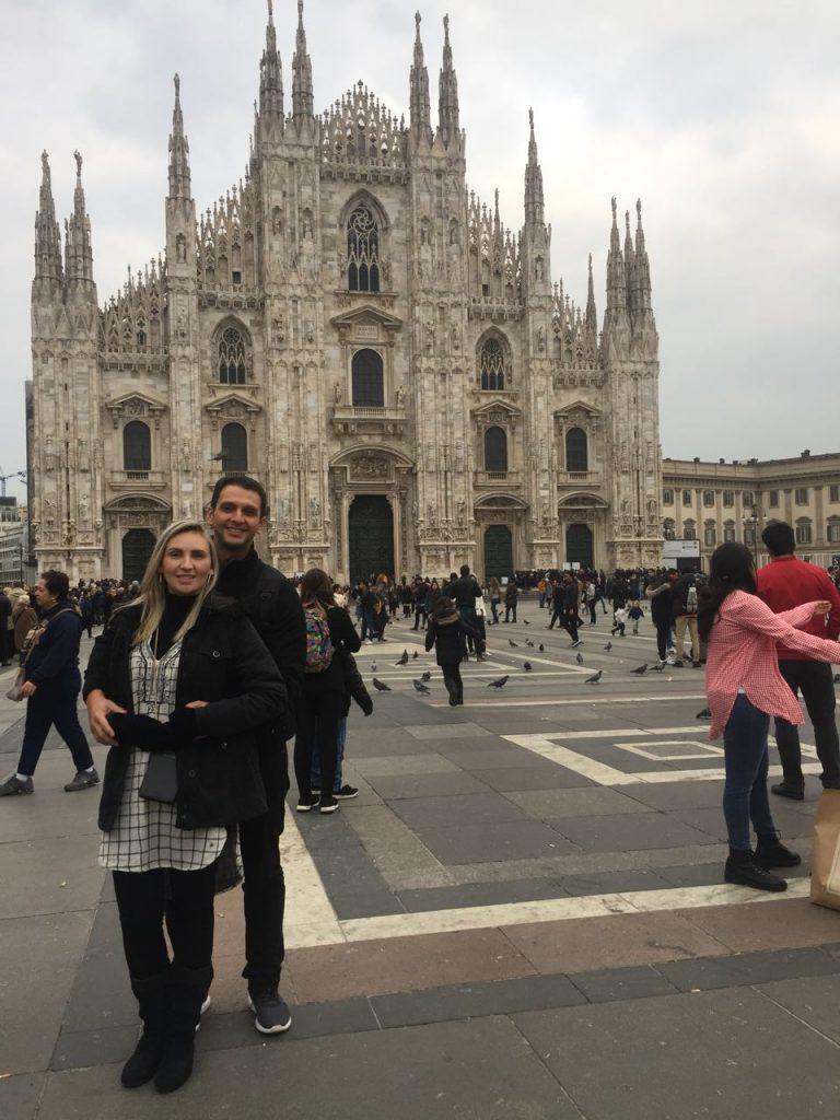 Nós em frente a Catedral de Milão (Duomo)