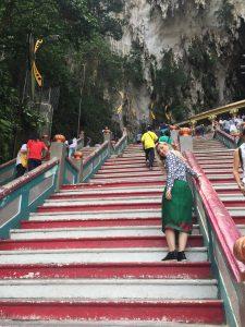 Escada da Batu Caves. Detalhe para o uso do Sarong.