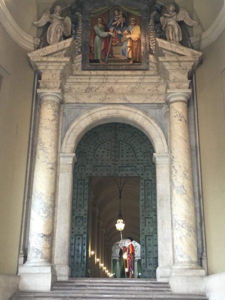 Guarda Suiça em umas das portas da Basílica de São Pedro