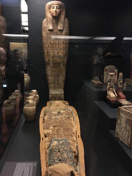 Galeria Egípcia. Múmia e sarcófago.