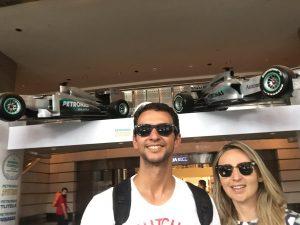 Carros de Fórmula 1 na Petronas Towers