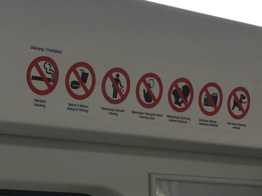Placa de Proibido Beijar no Metrô de Kuala Lumpur