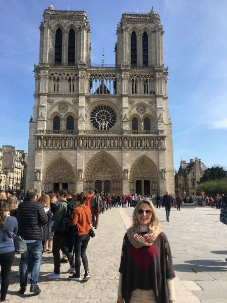 Frente da Catedral de Notre Dame e a fila para ingressar no dia da exposição da Coroa.