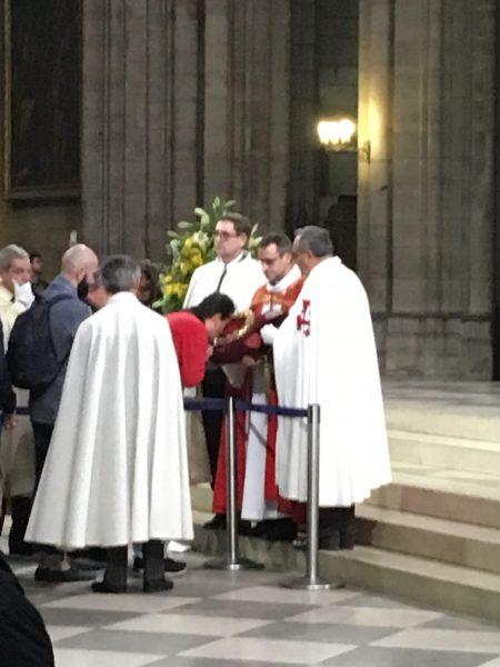 Fiel beijando a Coroa de Espinhos usada por Jesus Cristo durante a Crucificação.