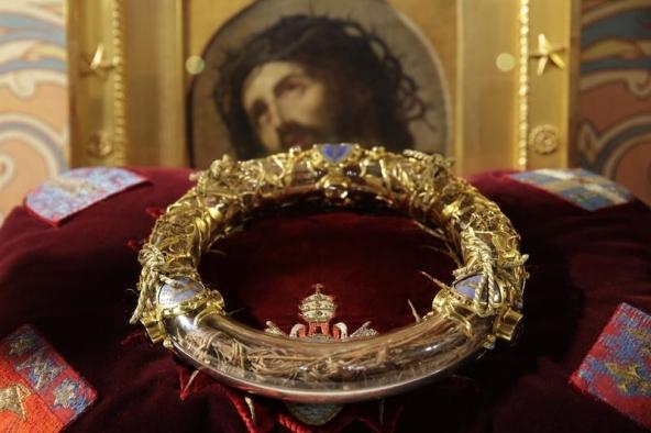 Coroa de Espinhos guardada no tubo de cristal. Foto: REUTERS/Philippe Wojazer.