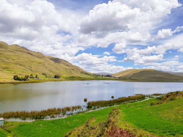 Lago na região ao redor da montanha colorida.