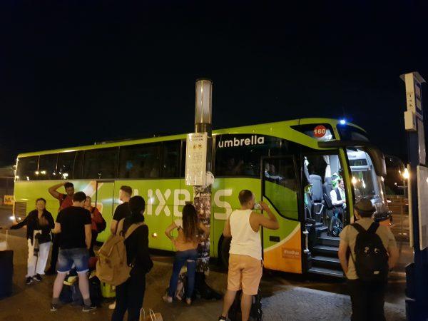 Parada do Flixbus na Estação Central de Praga.