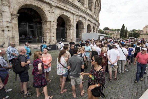 Fila em frente ao Coliseu. Fonte: Straitstimes.com
