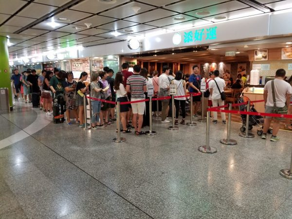 Fila na entrada do Tim Ho Wan. Foto: ourheritageexpedition.com