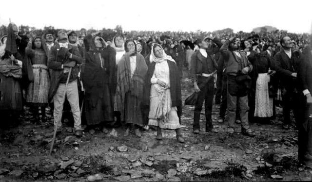 Foto dos peregrinos na última aparição de Fátima. Foto: portuguese-american-journal.com
