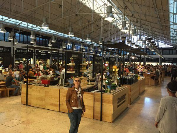 Interior da área gastronômica do Mercado da Ribeira