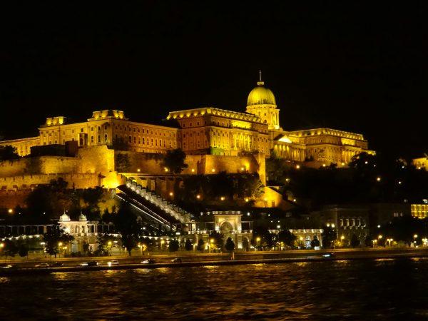 Passeio noturno do rio Danúbio, em Budapeste
