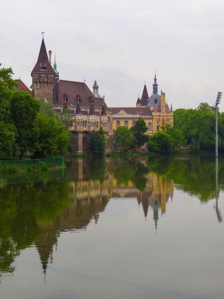 Parque da Cidade, com o Castelo Vajdahunyad ao fundo.