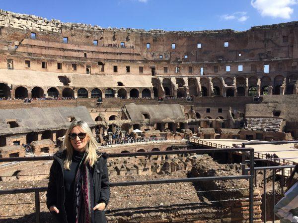 Interior do Coliseu. em Roma