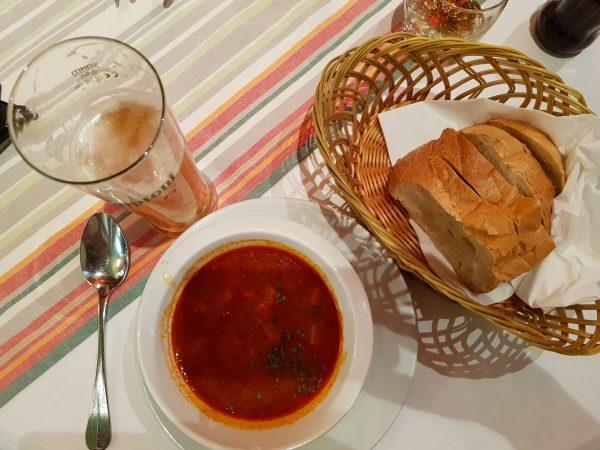 Sopa Goulash, com pão artesanal