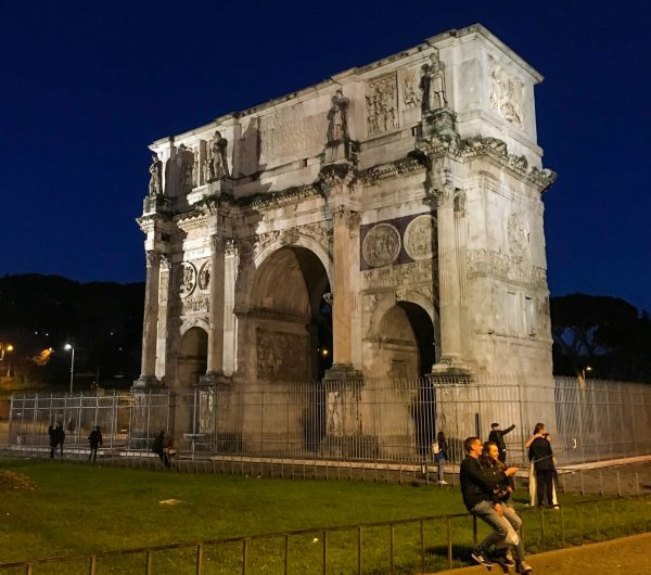 Arco de Tito, em frente ao Coliseu